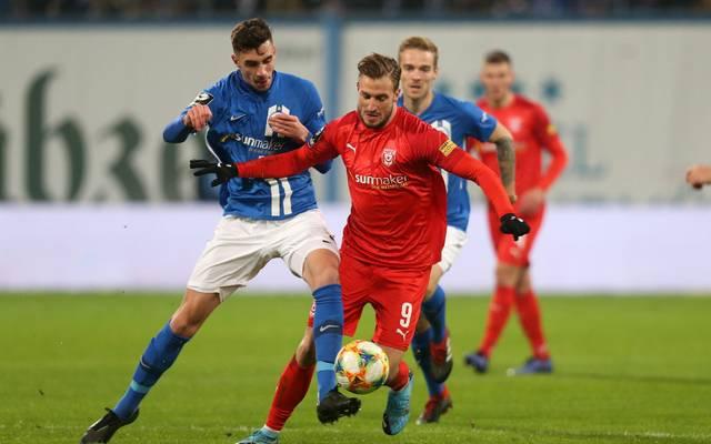 Hansa Rostock (in blau) fügte dem Halleschen FC eine bittere Niederlage zu