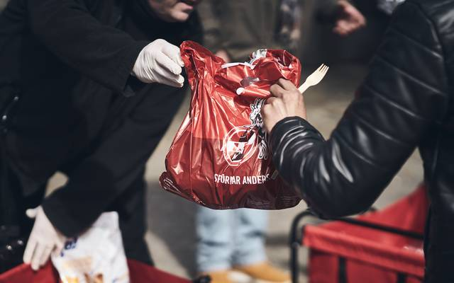 "1. FC Köln verteilt ""Care-Pakete"" an Obdachlose"