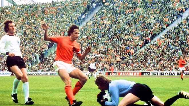 Fussball: Paris St. German wollte Franz Beckenbauer verpflichten,1974 gewann Franz Beckenbauer (links) mit der DFB-Elf den Weltmeistertitel