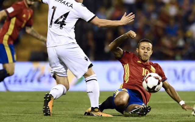 Thiago Alcantara (r.) verletzte sich beim Länderspiel mit Spanien