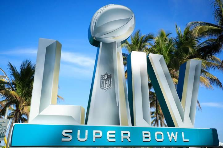 Endlich ist es soweit! Nach einer langen Woche für die Kansas City Chiefs, San Francisco 49ers, Journalisten und Fans ist Super Bowl LIV da. Es wurde alles gesagt, beide Teams gehen topfit in das mit Spannung erwartete Endspiel der NFL. Es verspricht ein enges und spektakuläres Spiel zu werden