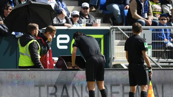 Deniz Aytekin überprüft eine Szene zwischen der TSG Hoffenheim und dem VfL Wolfsburg
