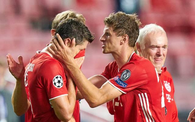 Thomas Müller herzt Robert Lewandowski nach dem Abpfiff in Lissabon