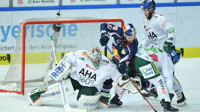 Die Augsburger Panther (in Weiß) führen in der Serie mit 2:1 gegen Red Bull München