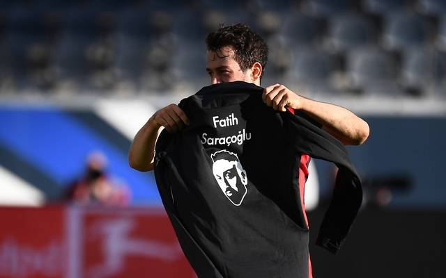 Tolle Geste! Amin Younes gedenkt nach seiner Auswechslung des Opfern von Hanau und sorgt für Gänsehaut