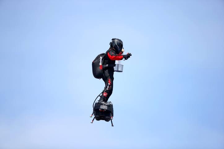 Die spektakulärste Szene des Rennsonntags in Le Castellet ereignete sich vor dem Start, als die Trophäe via Jetpack an die Strecke gebracht wurde. Danach passierte beim Sieg von Lewis Hamilton wenig Spannendes - ein gefundenes Fressen für die internationale Presse