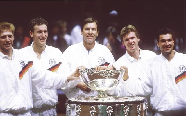 Niki Pilic (M.) führte Deutschland unter anderem 1989 zum Sieg im Davis Cup