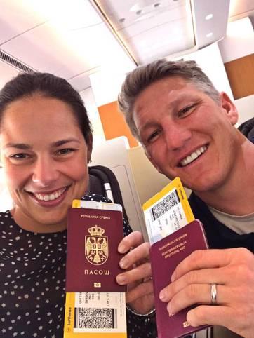 Auf nach Chicago! Bastian Schweinsteiger twittert vergnügt ein Selfie mit Frau Ana Ivanovic vor dem Abflug