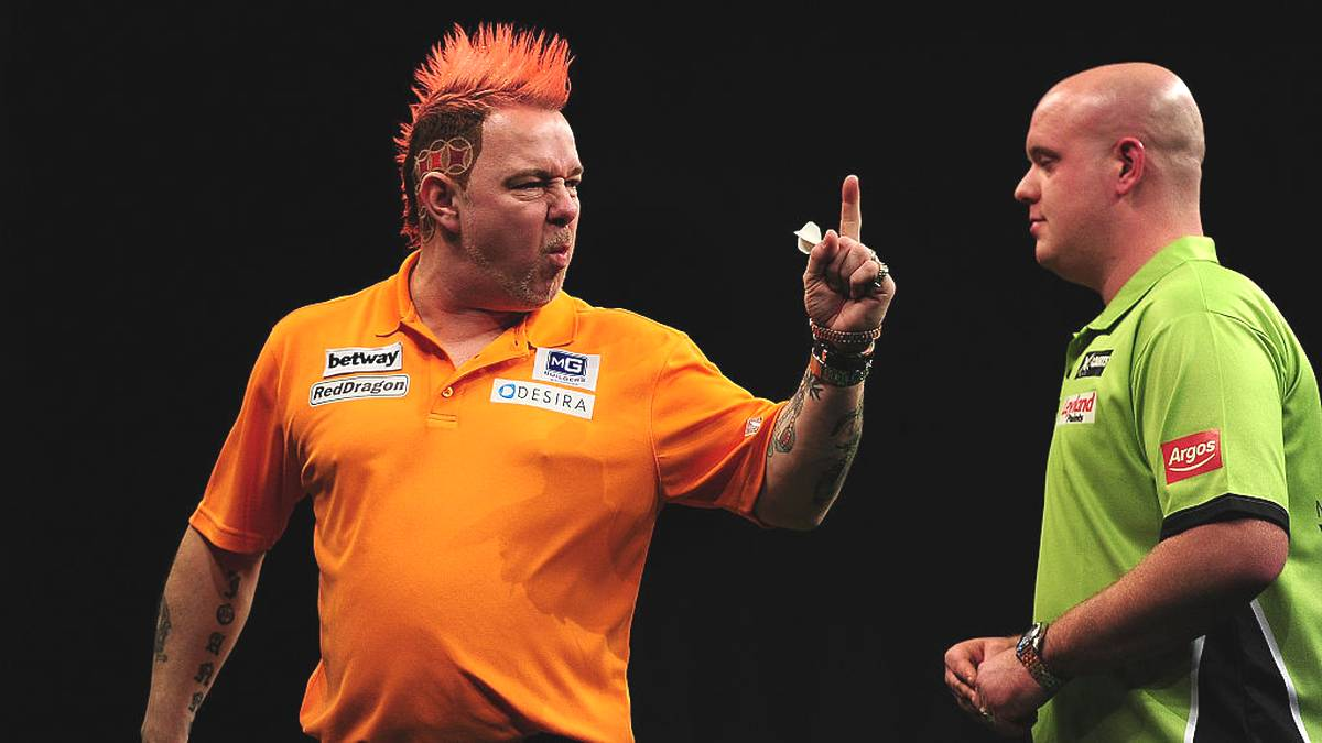 EXETER, ENGLAND - MARCH 05:  Peter Wright of Scotland (L) celebrates winning a leg against Michael van Gerwen of Holland during The Betway Premier League Darts at Westpoint Arena on March 5, 2015 in Exeter, England.  (Photo by Dan Mullan/Getty Images)