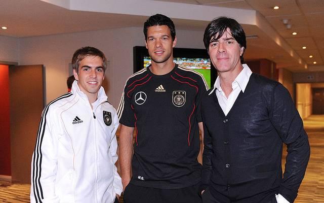 Michael Ballack (M.) konnte Philipp Lahm und Jogi Löw bei der WM 2010 nur besuchen
