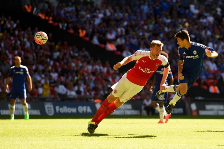 Der FC Arsenal um Per Mertesacker (l.) und der FC Chelsea stehen sich in Wembley zum Duell um den englischen Supercup gegenüber