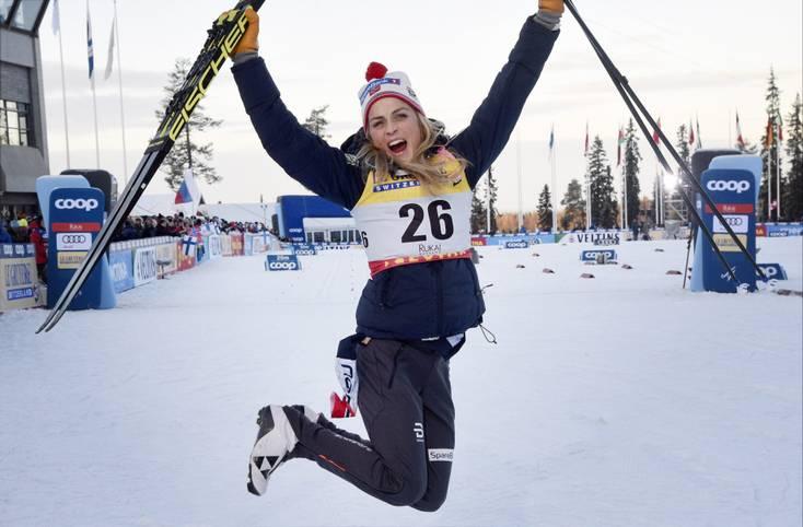Was für ein Comeback! Skilanglauf-Superstar Therese Johaug steht nach langer Abstinenz gleich im ersten Rennen wieder ganz oben auf dem Siegertreppchen. Die Norwegerin hält die Konkurrenz über 10 Kilometer in Ruka in Schach