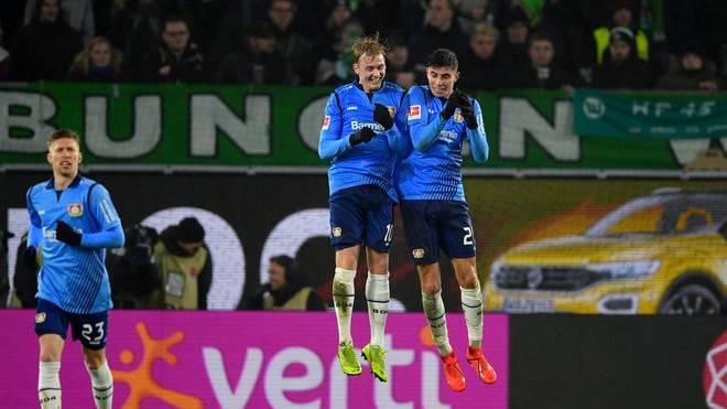 Julian Brandt und Kai Havertz bejubeln den Treffer zum 3:0 für Bayer Leverkusen