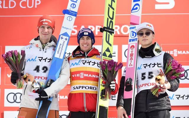 Stephan Leyhe (l.) landete in Sapporo vor Ryoyu Kobayashi (r.) und nur hinter Stefan Kraft (M.) auf Platz 2