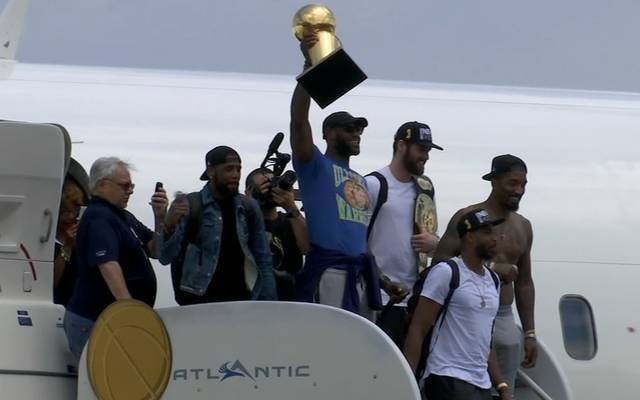 """LeBron James trug zur Ankunft in Cleveland ein """"Ultimate Warrior""""-Shirt"""