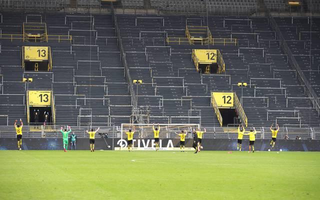 Borussia Dortmund jubelt nach dem Revierderby vor der leeren Südtribüne