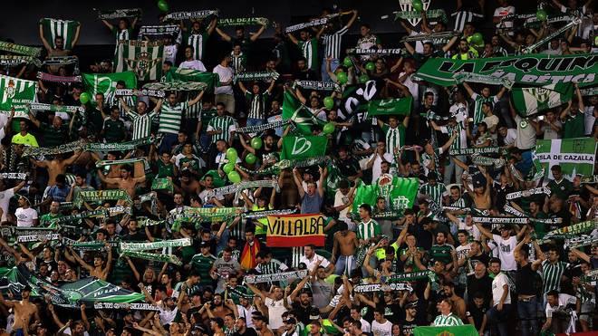 Fans von Betis Sevilla feiern ihr Team