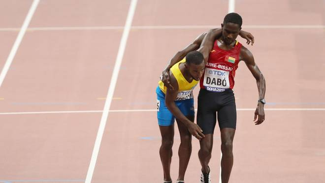 Braima Suncar Dabo (r.) hilft Jonathan Busby über die Ziellinie