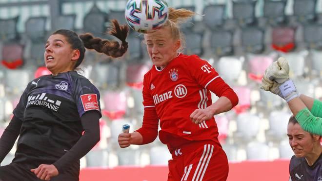 Lea Schüller (r.) ist auch per Kopf gefährlich