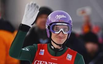 17 Jahre ordnet Martin Schmitt dem Skispringen alles unter. Er gewinnt fast alles, was es zu gewinnen gibt. Gesamt-Weltcup, Olympia- und WM-Gold - nur der Tournee-Sieg bleibt ihm verwehrt. Nun stellt Martin Schmitt seine Sprung-Skier in die Ecke. SPORT1 b