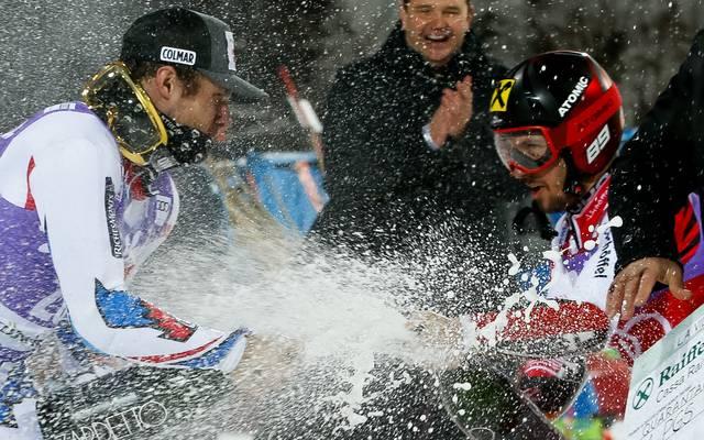 Nach dem Finale beim Parallel-Riesenslalom in Alta Badia feierte Hirscher mit dem zweitplatzierten Thibaut Favrot