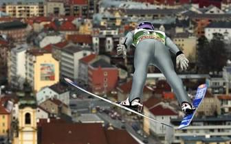 Und sein Weg führt ihn weiter an die Spitze des Skisprungsports. Ein Jahr später nimmt er an den ersten von vier Olympischen Spielen teil. Mit Silber in der Mannschaft - hinter den alles überragenden Japanern - schließt er seine ersten Winterspiele ab