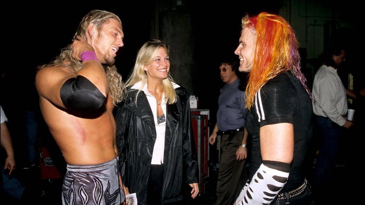 Edge (l., mit Ex-Frau Alannah) und Jeff Hardy hinter den Kulissen von WWF No Mercy 1999