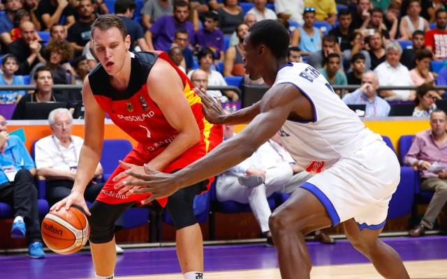 Basketball:  Johannes Voigtmann wechselt zu ZSKA Moskau, Johannes Voigtmann (links) absolvierte 54 Spiele für die deutsche Nationalmannschaft