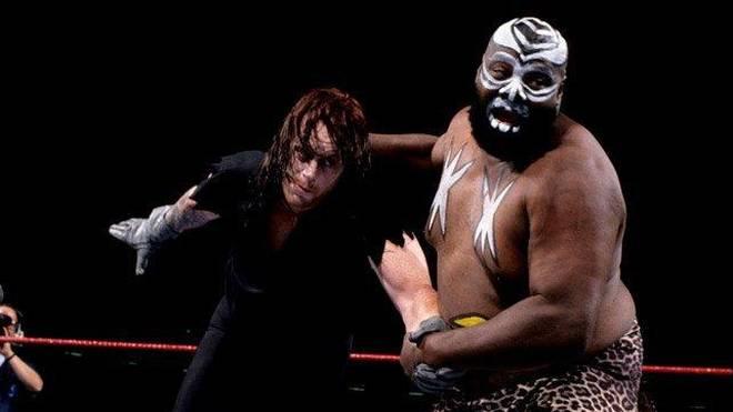 Kamala (r.) bestritt 1992 eine WWE-Fehde mit dem Undertaker