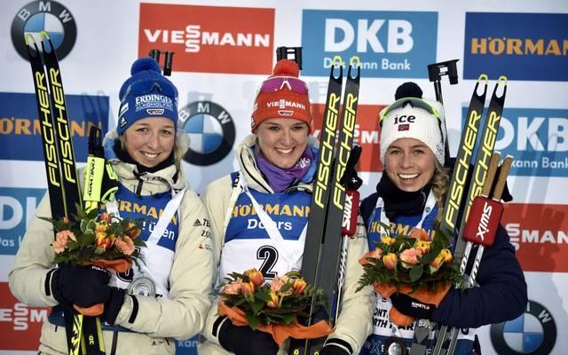 Denise Herrmann (Mitte), Franziska Preuß (links) und die Norwegerin Tiril Eckhoff standen am Freitag nach dem Sprint auf dem Podium