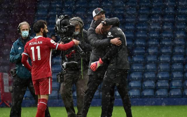 Liverpools Coach Jürgen Klopp herzt Alisson nach dessen Coup