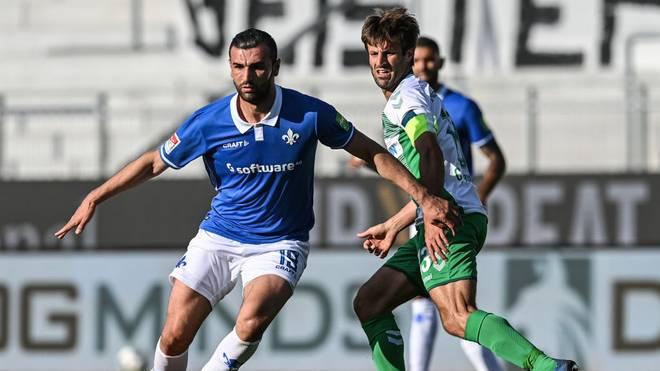 Darmstadt 98 (blau) kassierte gegen die SpVgg Greuther Fürth einen späten Ausgleichstreffer