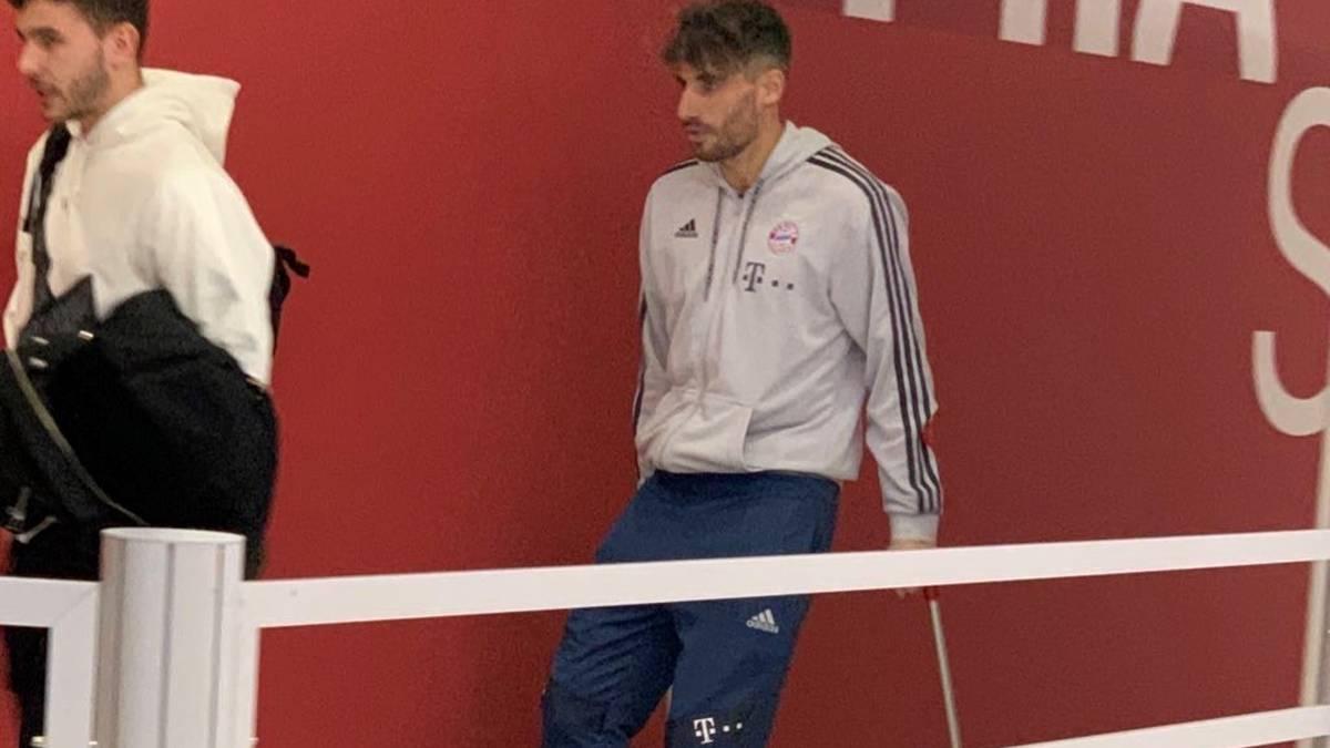 Javi Martínez verlässt die Arena auf Krücken