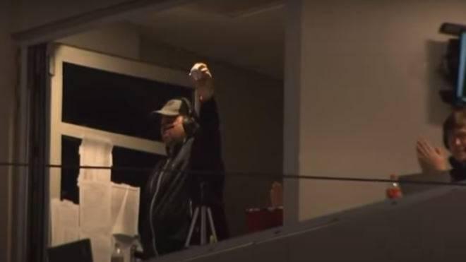 Irrer Catch: Baseball-Kommentator Geoff Haxton wurde während des College-Spiels von Texas Tech gegen West Virginia zum unverhofften Star