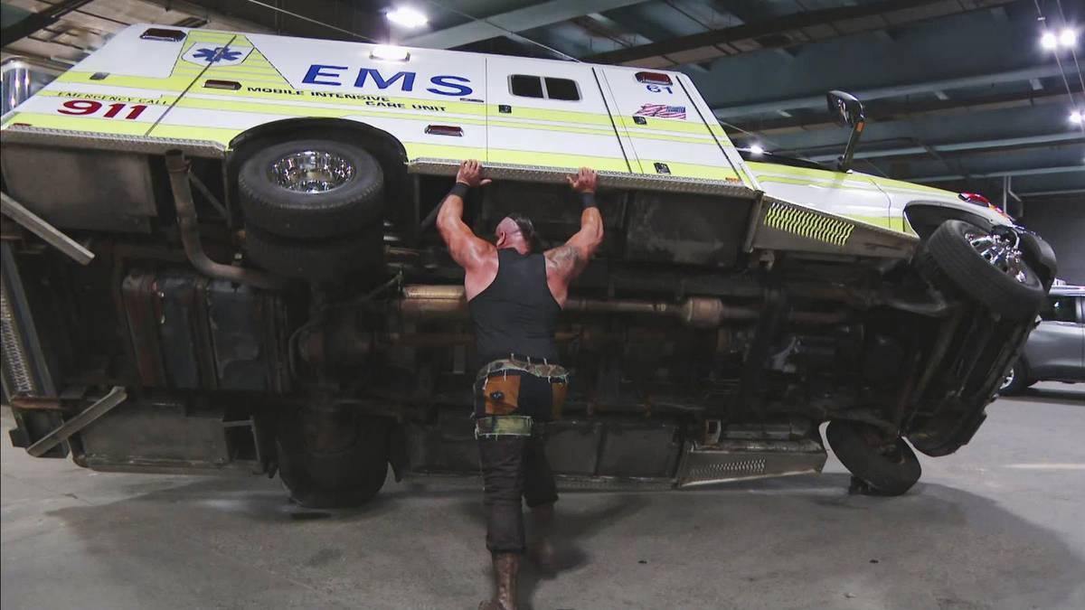 Braun Strowman schubste bei WWE Monday Night RAW Roman Reigns' Krankenwagen um