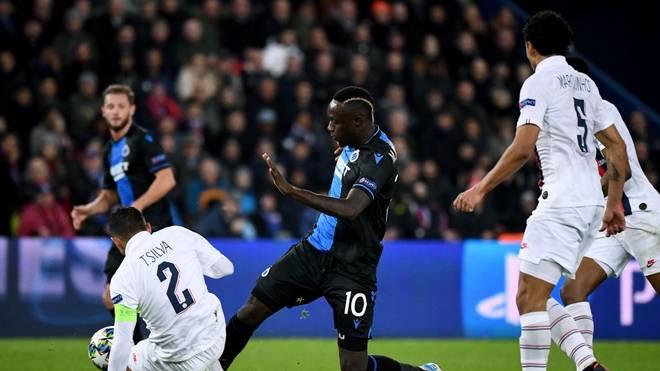 Mbaye Diagne (m.) vergab einen Elfmeter gegen Paris Saint-Germain