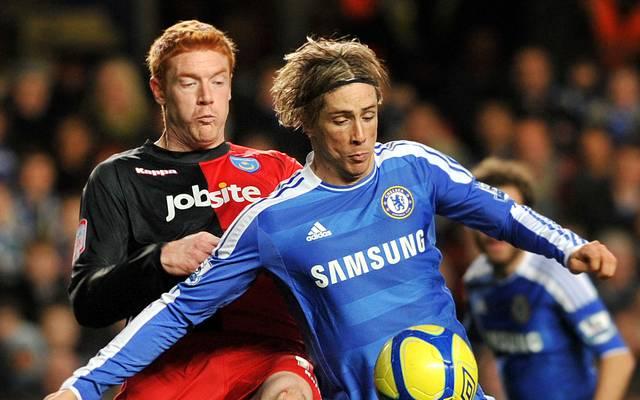 Dave Kitson (l., in einem Pokalspiel gegen Chelseas Fernando Torres) spielte von 2010 bis 2012 für den Portsmouth FC