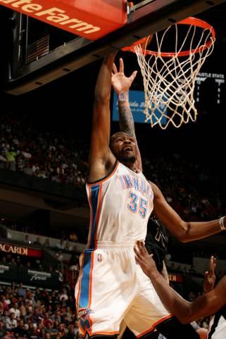 Kevin Durant sichert sich in der Vorsaison den Scoring-Title in der NBA - es ist bereits sein vierter in fünf Jahren. Nun wollen andere Punktesammler den verletzten Superstar der Oklahoma City Thunder vom Thron stoßen. SPORT1 zeigt die besten zehn Scorer der NBA-Saison 2014/2015