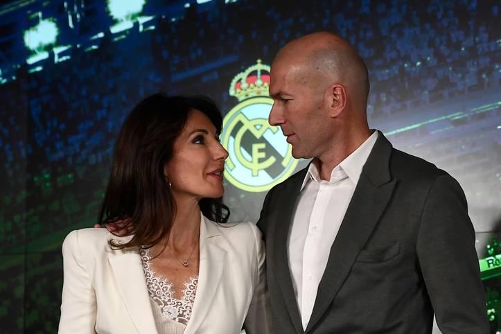 """284 Tage nachdem er sein geliebtes Real Madrid als dreifach gekrönter König im Sommer unter Tränen verlassen hatte, war Zinedine auf einmal wieder da. """"Der beste Trainer der Welt kommt zu Real Madrid zurück"""", sagte der in der Kritik stehende Präsident Florentino Perez"""