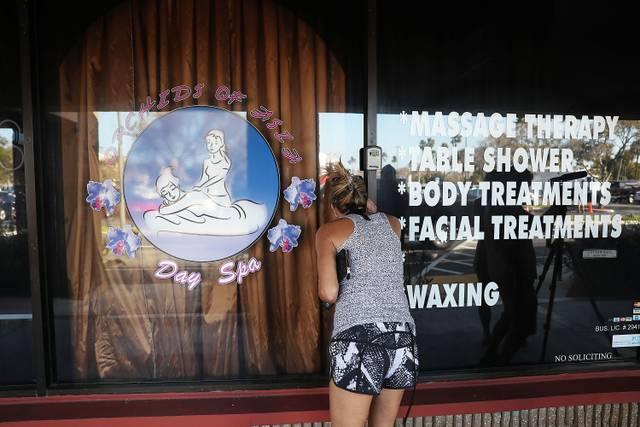 Vor dem Orchids of Asia Day Spa sammelten sich nach Bekanntwerden des Skandals Schaulustige