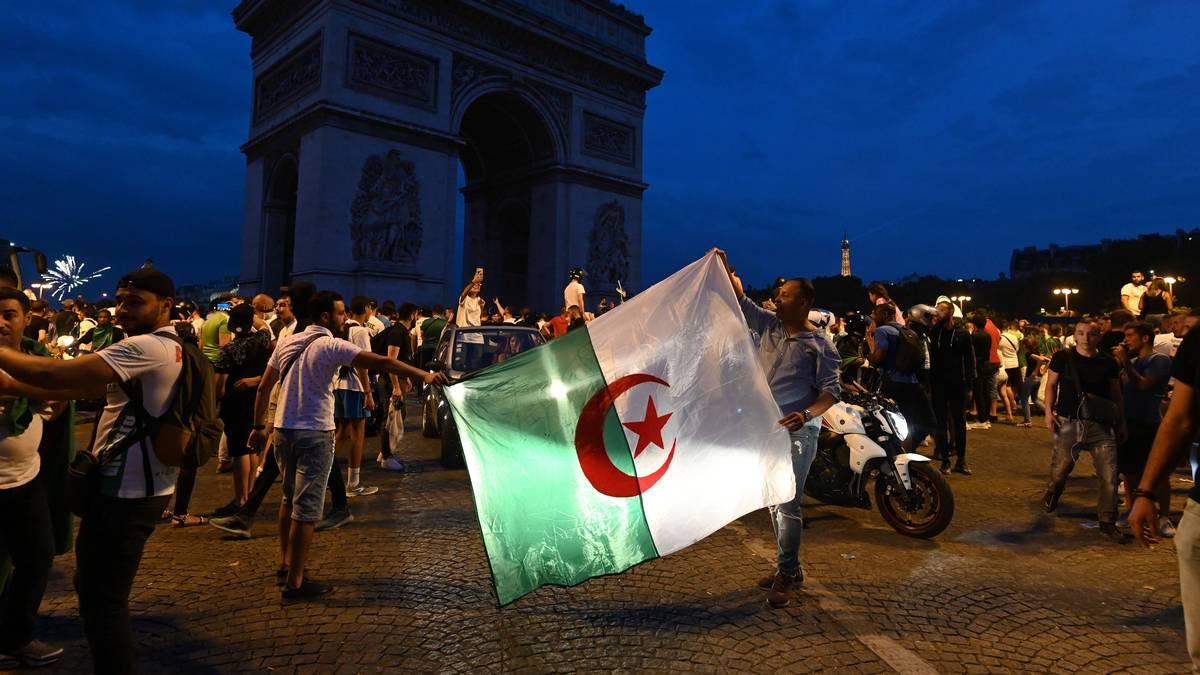 In Frankreich, wie hier in Paris, feierten algerische Fans den Halbfinal-Einzug. In Montpellier kam es dabei zu einem Unfall