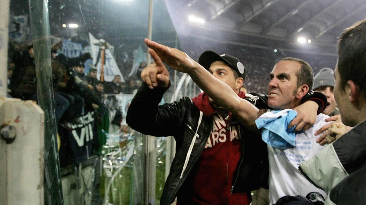 Paolo di Canio reckte seinen Arm nach dem Derby gegen die AS Rom in der Saison 2004/2005 zum römischen Gruß