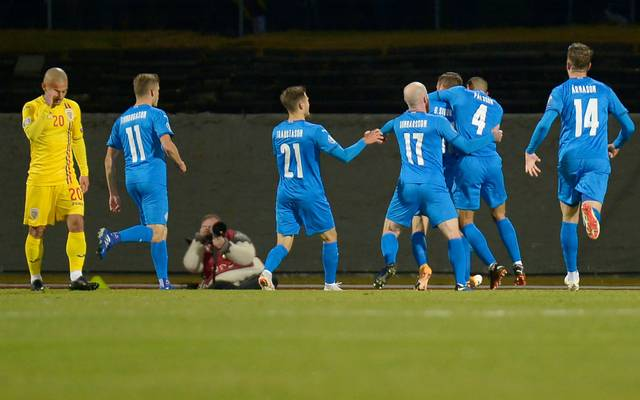 Islands Gylfi Sigurdsson feiert mit seinen Teamkollegen seinen Treffer gegen Rumänien