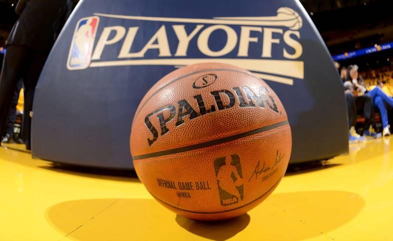 Am Samstagabend ist es endlich so weit: Die Playoffs in der NBA starten, der Kampf um den Titel ist eröffnet. Golden State ist Titelverteidiger und Topfavorit, doch wer kann überraschen? Dirk Nowitzki und Dennis Schröder droht ein frühes Aus. SPORT1 checkt die Duelle der ersten Runde