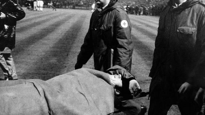 Inter-Stürmer Roberto Boninsegna wurde nach dem Büchsenwurf vom Platz getragen