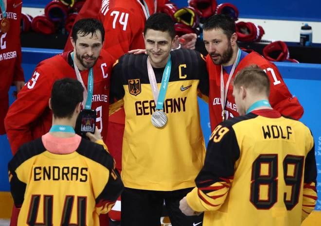 Marcel Goc (Mitte) gewann mit der DEB-Auswahl Silber bei Olympia 2018