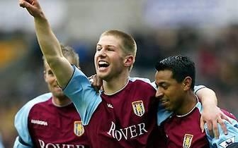Den gebürtigen Münchner zieht es schon bald nach England in die Premier League. Als 18-Jähriger verlässt er den FC Bayern in Richtung Birmingham, bei Aston Villa spielt sich Hitzlsperger (M.) nach kleinen Anlaufschwierigkeiten in die Startelf und erzielt