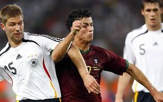 Noch während seiner Zeit in England wird Hitzlsperger (l.) zum deutschen Nationalspieler. 2004 feiert er sein Debüt in der A-Auswahl, bei der Heim-WM zwei Jahre später bestreitet er im Spiel um Platz drei gegen Portugal und dessen Star Cristiano Ronaldo a