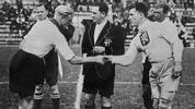 WM 1934 und 1938: Lang, lang ist's her: Fritz Szepan (l.) ist der erste DFB-Kapitän bei einer WM-Endrunde. Der Angreifer aus Schalke, ein gebürtiger Gelsenkirchener, erreicht mit seiner Mannschaft 1934 den dritten Platz