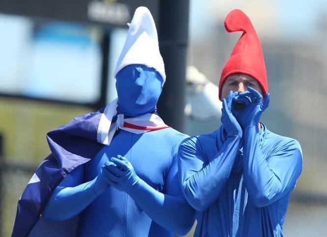 Tag 6: 30 Grad brennen vom Himmel. Mehr als 81.000 Zuschauer kommen an diesem Samstag auf das Gelände in Melbourne. Mitunter haben sie ausgefallene Outfits dabei. Wie diese beiden Herren. Ob sie wohl auf der Suche nach Schlumpfine sind?